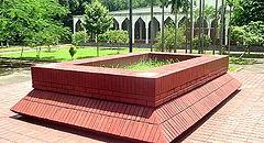 ঢাকা বিশ্ববিদ্যালয় মসজিদের পাশে অন্তিম শয়নে কবি নজরুল ইসলাম